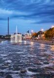 Άποψη νύχτας του ιστορικού πάρκου με την πηγή φωτός και μουσικής στο φράγμα καναλιών σε Yekaterinburg στοκ εικόνες