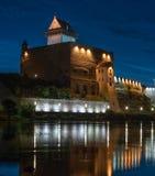 Άποψη νύχτας του κάστρου Narva με τον πύργο του υψηλού Herman, Narva, Εσθονία Το κάστρο έχει ένα όμορφο backlight _ Στοκ φωτογραφία με δικαίωμα ελεύθερης χρήσης
