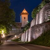 Άποψη νύχτας του κάστρου Narva με τον πύργο του υψηλού Herman, Narva, Εσθονία Το κάστρο είναι φωτισμένο Στο πρώτο πλάνο Στοκ Φωτογραφία
