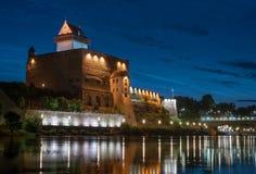 Άποψη νύχτας του κάστρου Narva με τον πύργο του υψηλού Herman, Narva, Εσθονία Το κάστρο έχει ένα όμορφο backlight _ Στοκ Εικόνα