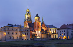Άποψη νύχτας του καθεδρικού ναού του ST Stanislaw και του ST Vaclav και το βασιλικό Castle στο Hill Wawel, Κρακοβία Στοκ φωτογραφία με δικαίωμα ελεύθερης χρήσης