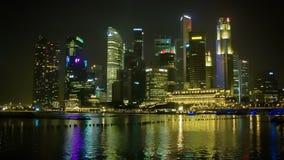 Άποψη νύχτας του κτιρίου γραφείων πολυόροφων κτιρίων απόθεμα βίντεο