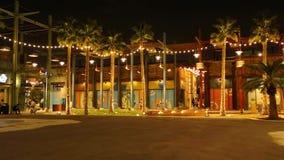 Άποψη νύχτας του Λα Mer, ένα όμορφο τουριστικό αξιοθέατο στο Ντουμπάι με τις ελαφριά διακοσμήσεις και τα καταστήματα απόθεμα βίντεο