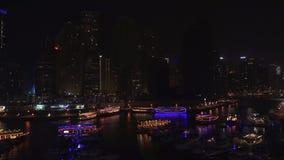 Άποψη νύχτας του λιμανιού με τα γιοτ στο ακριβό βίντεο μήκους σε πόδηα αποθεμάτων μαρινών του Ντουμπάι περιοχής τουριστών απόθεμα βίντεο