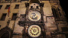Άποψη νύχτας του μεσαιωνικού αστρονομικού ρολογιού στην παλαιά πλατεία της πόλης στην Πράγα, Τσεχία απόθεμα βίντεο