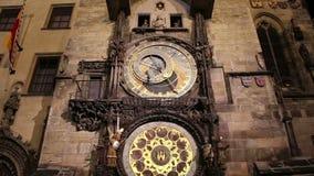 Άποψη νύχτας του μεσαιωνικού αστρονομικού ρολογιού στην παλαιά πλατεία της πόλης στην Πράγα, Τσεχία φιλμ μικρού μήκους