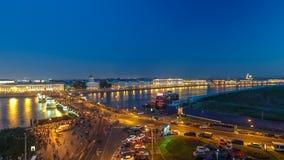 Άποψη νύχτας του οβελού του νησιού Vasilyevsky και της γέφυρας Birzhevoy με τη ραμφική στήλη timelapse, Άγιος Πετρούπολη, Ρωσία απόθεμα βίντεο
