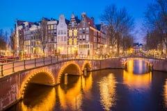 Άποψη νύχτας του ορίζοντα πόλεων του Άμστερνταμ τη νύχτα στις Κάτω Χώρες Στοκ εικόνα με δικαίωμα ελεύθερης χρήσης