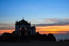 Άποψη νύχτας του παρεκκλησιού Senhor DA Pedra Miramar στην παραλία, κοντά στο Πόρτο Στοκ Εικόνα