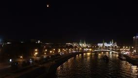 Άποψη νύχτας του ποταμού Moskva, γέφυρα και απόθεμα βίντεο