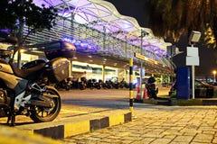 Άποψη νύχτας του χώρου στάθμευσης κοντά στο σταθμό βαρκών, Σιγκαπούρη jan 2018 στοκ φωτογραφία με δικαίωμα ελεύθερης χρήσης