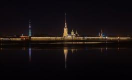 Άποψη νύχτας του Peter και του φρουρίου του Paul Στοκ Εικόνες