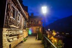 Άποψη νύχτας των αυθεντικών σπιτιών σε Hallstatt, Αυστρία Στοκ Φωτογραφία