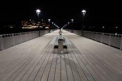 Άποψη νύχτας των θέσεων θαλασσίων περίπατων, πάγκων και λαμπτήρων Στοκ Εικόνα
