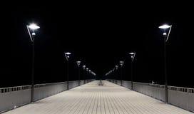 Άποψη νύχτας των θέσεων ξύλινων αποβαθρών και λαμπτήρων Στοκ Εικόνα