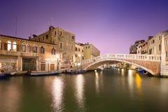 Άποψη νύχτας των καναλιών στη Βενετία Στοκ εικόνα με δικαίωμα ελεύθερης χρήσης