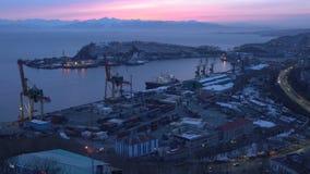 Άποψη νύχτας των σκαφών στην αποβάθρα, γερανοί λιμένων στην εμπορική πόλη Πετροπαβλόσκ-Kamchatsky θαλάσσιων λιμένων απόθεμα βίντεο