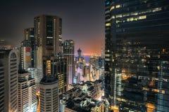 Άποψη νύχτας Χονγκ Κονγκ στον κόλπο υπερυψωμένων μονοπατιών Στοκ Εικόνες