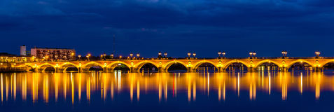 Άποψη νύχτας Pont de Pierre στο Μπορντώ - τη Γαλλία Στοκ Εικόνες