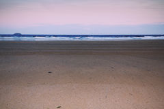 Άποψη ξημερωμάτων πέρα από την παραλία σε Polzeath εκλεκτής ποιότητας αναδρομικό Filt Στοκ εικόνα με δικαίωμα ελεύθερης χρήσης