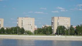 Άποψη οδών πόλεων από τον ποταμό απόθεμα βίντεο