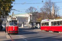 Άποψη οδών της Βιέννης, κόκκινα τραμ στοκ φωτογραφίες