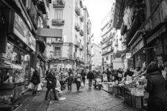 Άποψη οδών της παλαιάς κωμόπολης στην πόλη της Νάπολης, Ιταλία (Quartieri Spagno στοκ εικόνες