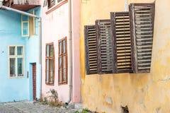 Άποψη οδών Sighisoara με τα ζωηρόχρωμα μικρά σπίτια Στοκ Εικόνες