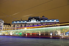Άποψη οικοδόμησης όπερα-θεάτρων στο βράδυ ενώ το τραμ περνά μέσω Place de Jaude της πλατείας Στοκ εικόνα με δικαίωμα ελεύθερης χρήσης