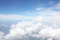 Άποψη ουρανού και άσπρα στρώματα σύννεφων που κοιτάζουν από το παράθυρο αεροπλάνων Στοκ εικόνες με δικαίωμα ελεύθερης χρήσης