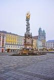 Άποψη οδών της στήλης τριάδας σε Hauptplatz στο Λιντς στην Αυστρία στοκ εικόνες
