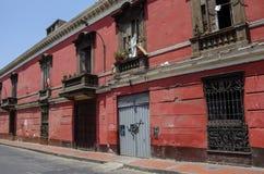 Άποψη οδών της της Λίμα παλαιάς πόλης με τα παραδοσιακά ζωηρόχρωμα σπίτια Λ Στοκ φωτογραφία με δικαίωμα ελεύθερης χρήσης