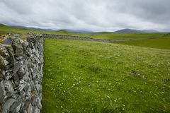 Άποψη πέρα από έναν τοίχο drystone στη βόρεια Σκωτία Στοκ Εικόνα