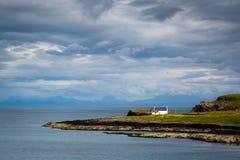 Άποψη πέρα από μια παραλία πετρών στη βόρεια Σκωτία Στοκ Εικόνες
