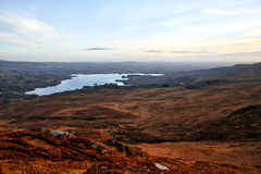 Άποψη πέρα από τα τοπία Donegal Ιρλανδία με μια όμορφη λίμνη και ενός μπλε ουρανού στο υπόβαθρο Στοκ εικόνες με δικαίωμα ελεύθερης χρήσης