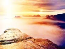 Άποψη πέρα από την αιχμηρή άκρη ψαμμίτη στο μακροχρόνιο σύνολο κοιλάδων της πρώτης φθινοπωρινής υδρονέφωσης η misty δασική κοιλάδ Στοκ Εικόνα