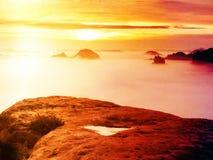 Άποψη πέρα από την αιχμηρή άκρη ψαμμίτη στο μακροχρόνιο σύνολο κοιλάδων της πρώτης φθινοπωρινής υδρονέφωσης η misty δασική κοιλάδ Στοκ Φωτογραφίες