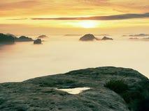 Άποψη πέρα από την αιχμηρή άκρη ψαμμίτη στο μακροχρόνιο σύνολο κοιλάδων της πρώτης φθινοπωρινής υδρονέφωσης η misty δασική κοιλάδ Στοκ φωτογραφία με δικαίωμα ελεύθερης χρήσης