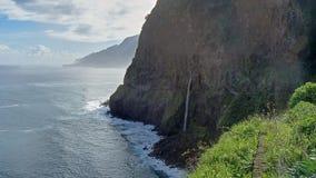 Άποψη πέρα από την απότομη ακτή της Μαδέρας πέρα από τον Ατλαντικό Ωκεανό Στοκ φωτογραφία με δικαίωμα ελεύθερης χρήσης