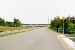 Άποψη πέρα από την εθνική οδό με τη σύγχρονη τακτοποίηση εξοχικών σπιτιών Στοκ εικόνες με δικαίωμα ελεύθερης χρήσης
