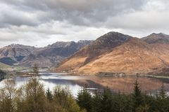 Άποψη πέρα από την εθνική φυσική περιοχή Kintail και λίμνη Duich στη Σκωτία στοκ εικόνες