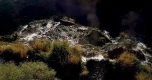Άποψη πέρα από την κορυφή ενός καταρράκτη με την υδρονέφωση τεράστια μακριά από το απόθεμα βίντεο