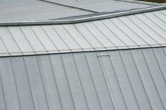 Άποψη πέρα από την ψευδάργυρος-καλυμμένη στέγη ενός ιστορικού κτηρίου Στοκ φωτογραφία με δικαίωμα ελεύθερης χρήσης