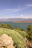 Άποψη πέρα από τη λίμνη EL-Ouidane δοχείων φραγμάτων, υψηλός άτλαντας Στοκ Εικόνα