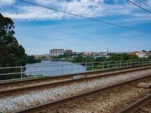 Άποψη πέρα από τις σιδηροδρομικές γραμμές στον ποταμό Ave, Βίλα ντο Κόντε, Πορτογαλία στοκ εικόνα