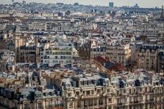 Άποψη πέρα από τις στέγες του Παρισιού Στοκ φωτογραφία με δικαίωμα ελεύθερης χρήσης