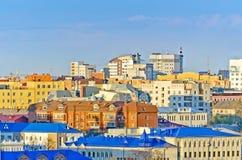 Άποψη πέρα από τις στέγες του χωριού ουρανού στεγών μητροπόλεων σπιτιών πόλεων Στοκ εικόνα με δικαίωμα ελεύθερης χρήσης