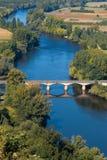 """Άποψη πέρα από τον ποταμό Dordogne που βλέπει από Ï""""Î¿ χωριό Domme, Γαλλία στοκ εικόνα"""