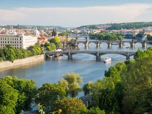 Άποψη πέρα από τον ποταμό vltava και τις γέφυρές του με τη γέφυρα Charles στο υπόβαθρο Στοκ εικόνες με δικαίωμα ελεύθερης χρήσης
