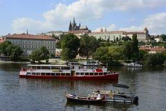 Άποψη πέρα από τον ποταμό Vltava στην παλαιά Πράγα στοκ φωτογραφία με δικαίωμα ελεύθερης χρήσης